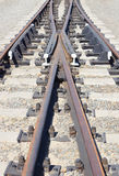 Strada trasversale ferroviaria su un monticello della ghiaia Fotografia Stock