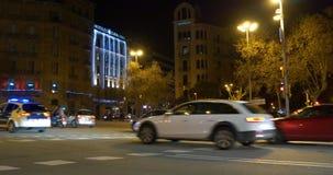 Strada trasversale 4k spagna del traffico cittadino di Barcellona della luce notturna archivi video