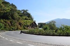 Strada in tutto la montagna e foresta nel Vietnam Fotografia Stock