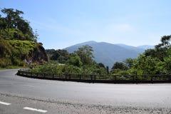 Strada in tutto la montagna e foresta nel Vietnam Immagini Stock