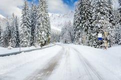 Strada Twisty scenica coperta in neve nelle alpi europee Fotografie Stock