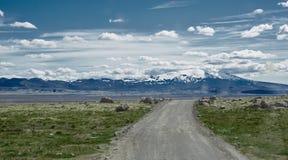 Strada in un paesaggio soleggiato luminoso della montagna Immagini Stock