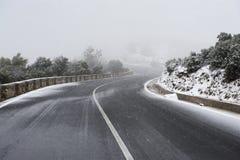 Strada in un tempo nevoso, Meteora, Grecia della montagna Fotografie Stock Libere da Diritti