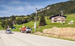 Strada in un villaggio nelle alpi francesi Immagini Stock