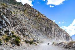Strada in una montagna rocciosa pericolosa fotografie stock libere da diritti