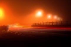 Strada in una notte molto nebbiosa Fotografia Stock Libera da Diritti