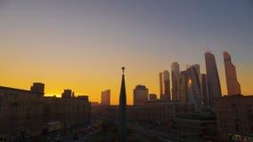 Strada urbana con le automobili ed i pedoni Russia Mosca video d archivio