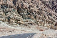 Strada verso il bacino di Badwater nel parco nazionale California di Death Valley Fotografia Stock