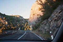 Strada vicino alle rocce Immagine Stock Libera da Diritti