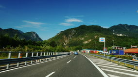 Strada vicino a Graz, Austria, giugno 2017: La strada principale magnifica in Austria, nelle belle alpi del fondo Rapidamente gir archivi video