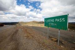Strada vuota alta nelle montagne con il cielo nuvoloso Fotografia Stock