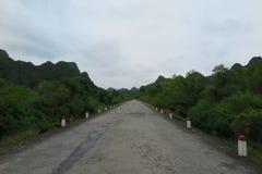 Strada vuota attraverso Cat Ba Island Fotografia Stock