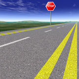 Strada vuota attraverso i campi con cielo blu Fotografia Stock Libera da Diritti