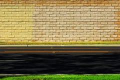 Strada vuota con il fondo del muro di mattoni Fotografia Stock Libera da Diritti