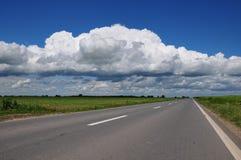 Strada vuota con le nubi qui sopra Fotografie Stock