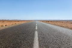 Strada vuota del deserto nel Sahara immagine stock libera da diritti