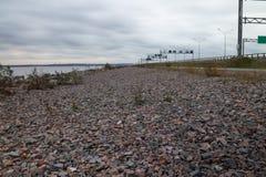 Strada vuota del granito della strada principale e bello cielo nuvoloso drammatico fotografie stock