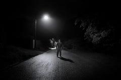 Strada vuota dell'uomo scalzo fotografia stock libera da diritti