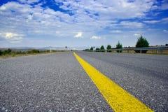 Strada vuota della strada principale con una striatura gialla Fotografie Stock Libere da Diritti