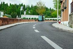 Strada vuota della via in città con il cielo Fotografie Stock Libere da Diritti
