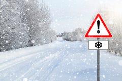 Strada vuota di inverno con il segno Fotografia Stock