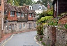 Strada vuota in un villaggio inglese tradizionale fotografia stock