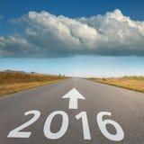 Strada vuota verso la grandi nuvola e 2016 Fotografie Stock