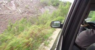 Strade della montagna dell'azionamento su SUV archivi video