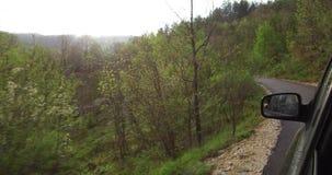 Strade della montagna dell'azionamento su SUV video d archivio