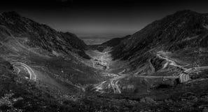 Strade della montagna e serpentine della Romania fotografia stock