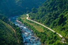 Strade di bobina con le valli ed il paesaggio della montagna di morfologia carsica nella regione vietnamita del nord di Ha Giang/ immagini stock
