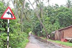 Strade di verdi e del mosoon di Goa e segnale stradale Fotografia Stock Libera da Diritti