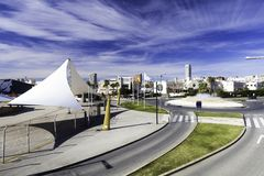 Strade e rotonda sotto forma di fontana, architettura moderna della città spagnola di Alicante fotografia stock