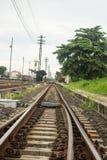 Strade ferrate curve della singola pista in una regolazione rurale Fotografia Stock