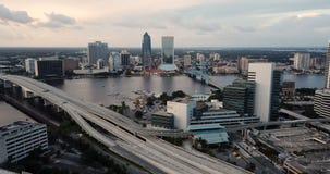 Strade principali di vista aerea che attraversano attraverso l'orizzonte del centro Jacksonville Florida della città video d archivio