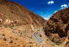 Strade tortuose nelle montagne del Marocco Immagini Stock