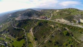 Strade tortuose sulle colline verdi, bella natura per ricreazione sulla vacanza video d archivio