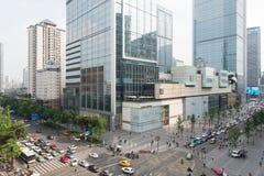 Strade trasversali a Chengdu con le costruzioni dello SFI (statistiche finanziarie internazionali) nei precedenti Immagini Stock Libere da Diritti