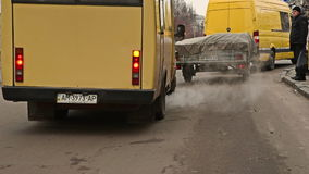 Strade trasversali di traffico nella città Scena urbana video d archivio