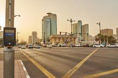 Strade trasversali nel Dubai con orizzonte e iluminazioni pubbliche Fotografia Stock
