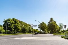 Strade trasversali senza traffico in Berlin Marzahn, Germania Immagini Stock