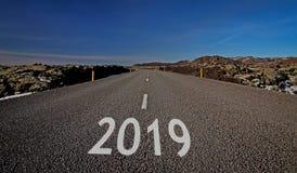 Strade vuote, calme, calme, pulite, belle, spettacolari tradizionali dell'Islanda in mezzo dei paesaggi di favola Ring Road Route immagine stock