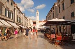 Stradun街道的游人在杜布罗夫尼克,克罗地亚 免版税库存照片