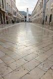 Stradun die Kalkstein-gepflasterte Straße in Dubrovnik Lizenzfreie Stockbilder