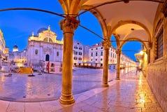 Stradun i Dubrovnik båge- och gränsmärkepanoramautsikt på gryning royaltyfria foton