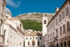 Stradun mit Glockenturm in Dubrovnik, Kroatien Stockfotos