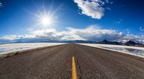 Straße in den Salzebenen Utah Stockfoto