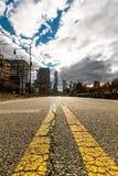 Straße, die in die Stadt einsteigt Stockfotos