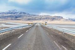 Straße durch Gebirgsschnee bedeckte Landschaft Lizenzfreies Stockfoto
