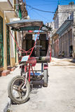 Straße in Havana mit alten drei drehte Fahrrad Stockfotografie